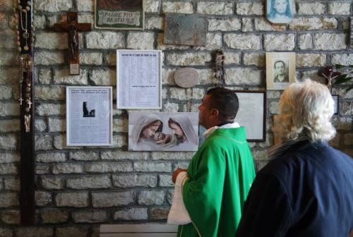 Fabriano: l'artista Franco Costarelli dona un crocifisso per il santuario della Madonna della Grotta