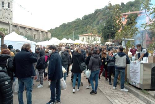 Grande successo ad Acquasanta Terme per la Festa d'Autunno: castagne, vino, dolci e migliaia di visitatori