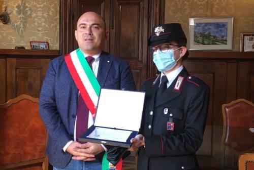 Osimo, un premio al coraggio del carabiniere Martina Pigliapoco: ha salvato una mamma dal suicidio – VIDEO