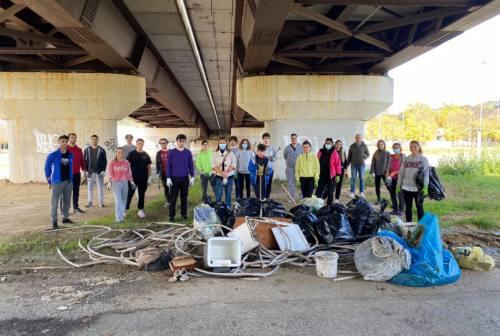 Pesaro, via Grande Torino come una discarica: i cleaners trovano ruote, amianto e materiale edile