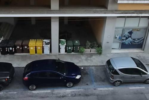 Ancona, clochard dorme da 6 mesi sotto il porticato di un palazzo di via Gorizia. Il Comune: «I posti nelle strutture ci sono»