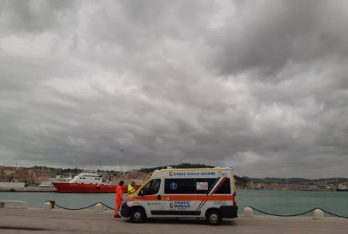 Ancona, cade e sbatte una spalla: marittimo finisce all'ospedale di Torrette