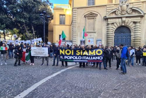 """Pesaro, tra striscioni e manifesti in piazza per dire """"no"""" al Green pass"""