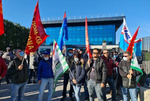 Osimo, lavoratori Enedo in presidio: «No ai 35 licenziamenti». I sindacati: «L'azienda ritiri la procedura di mobilità»