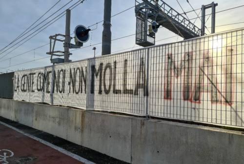 """Ancona, smantellato il presidio """"No Green pass"""" in via Mattei. Resta uno striscione: «La gente come noi non molla mai»"""